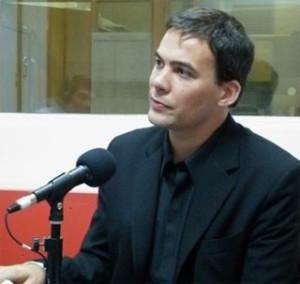 Roberto Reale en el estudio de Radio Provincia (a la espera de las fotos de los estudiantes)
